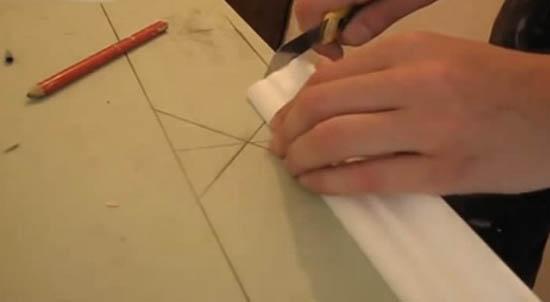 Обрезка плинтуса при помощи имитации стусла