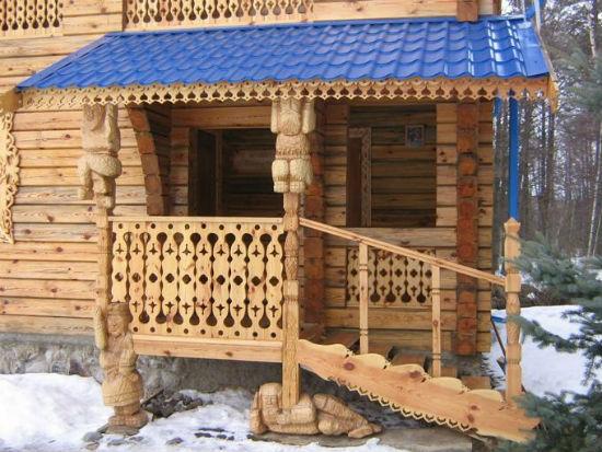Деревянное крыльцо с боковой лестницей
