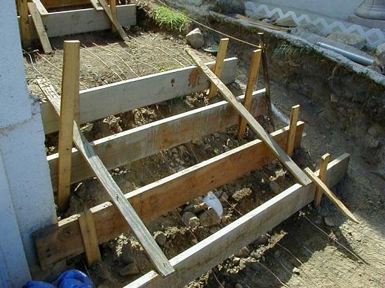 Выставление опалубки для крыльца из бетона