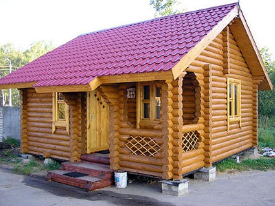 Закрытое встроенное крыльцо деревянного дома