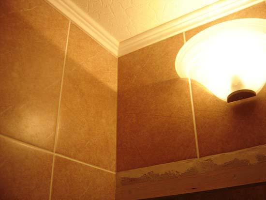 Пенопластовый плинтус на потолке в ванной
