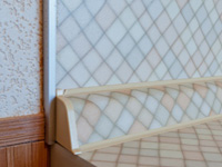 Плинтус под цвет столешницы и стены