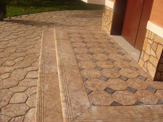 Бетонная тротуарная плитка на крыльце