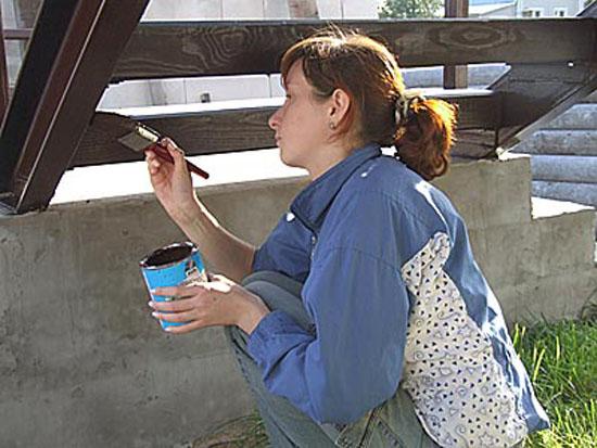 Окраска деревянной лестницы крыльца