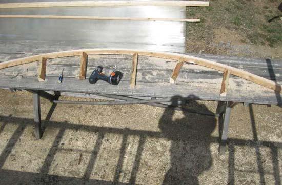 Сгибание деревянного каркаса для крыльца из поликарбоната
