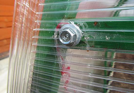 Крепление поликарбонатных листов к козырьку крыльца на саморезы