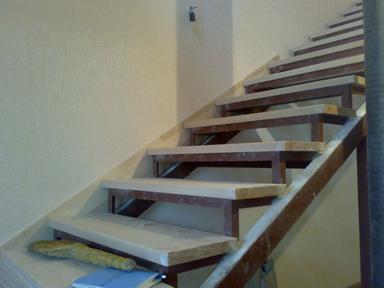 Металлический каркас лестницы с деревянными ступенями