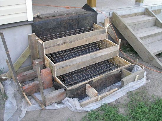 Опалубка с арматурой для ступеней бетонного крыльца