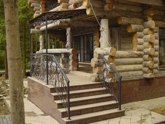 Крыльцо с элементами ковки для бревенчатого дома