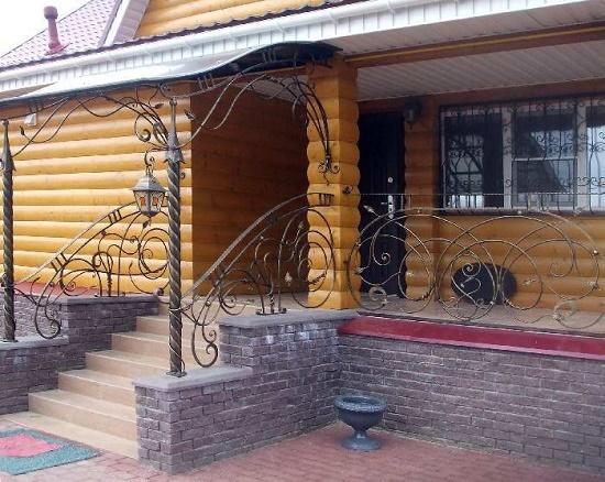 Кованое крыльцо для деревянного дома