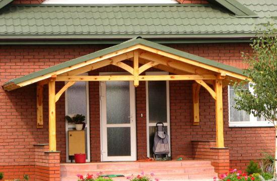 Двухскатная крыша над крыльцом дома