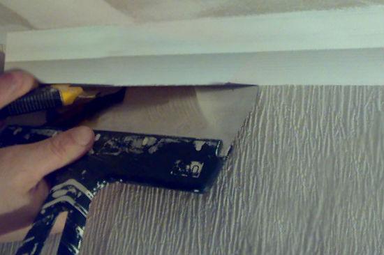 Демонтаж потолочного плинтуса из пенопласта