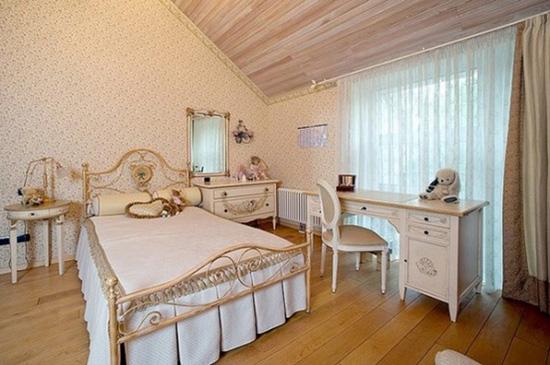Комод и кровать на мансарде