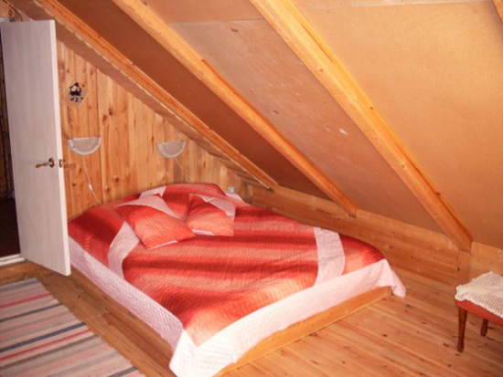 Кровать на мансарде