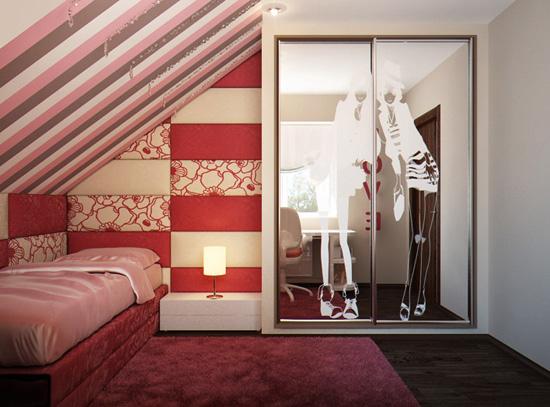 Шкаф на мансарде с зеркальными дверками