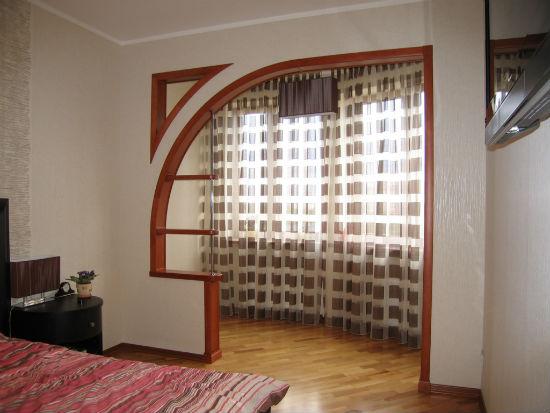 Оригинальная арка между комнатой и балконом