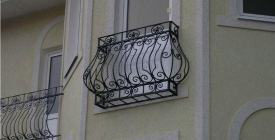 Кованый парапет балкона во французском стиле