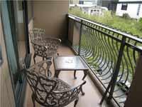 Парапет из металла на балконе