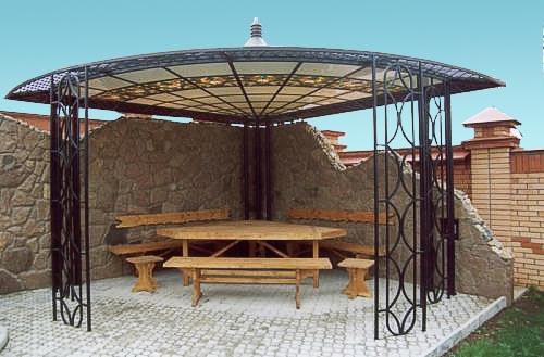 Деревянная мебель в поликарбонатной беседке