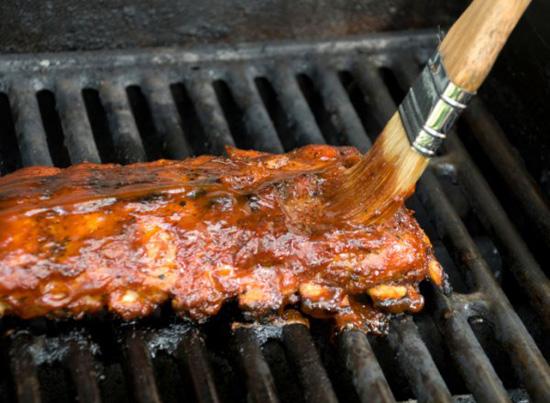 Приготовление мяса в барбекю в беседке