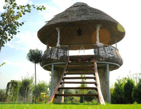 Беседка башенка с соломенной крышей