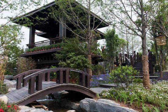 Двухэтажная беседка с мостиком
