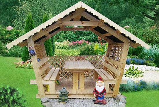 Деревянная беседка с садовой скульптурой