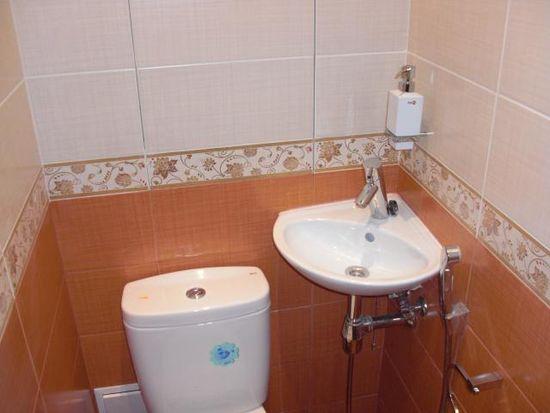 Небольшой туалет с раковиной
