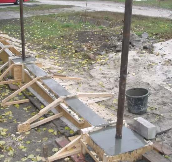 Заливка бетоном столбов беседки