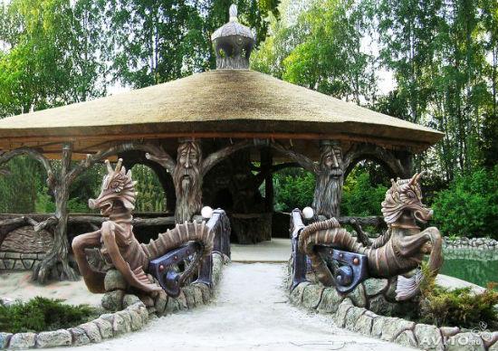 Скульптура и камышовая крыша в декоре беседки