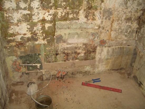 Зачистка стен санузла перед ремонтом