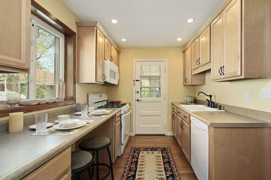 Бежево-желтые обои в кухне со светло-коричневой мебелью