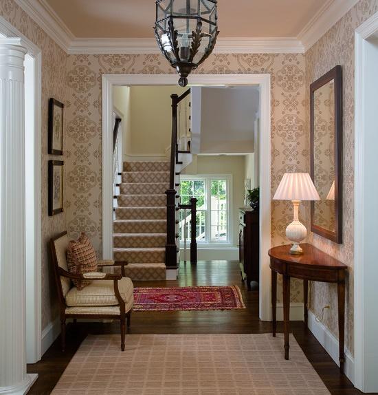 Бежевые с рисунком обои в классическом интерьере коридора