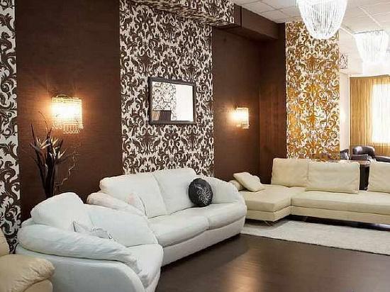 Комбинирование бежевых и коричневых обоев для большой гостиной