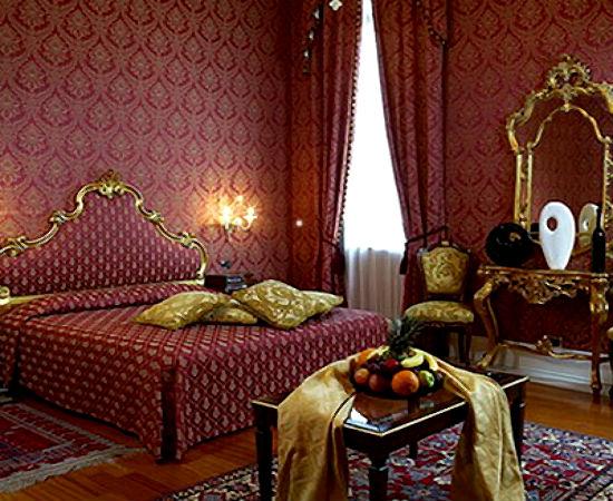 Золотисто-бардовые обои в спальне