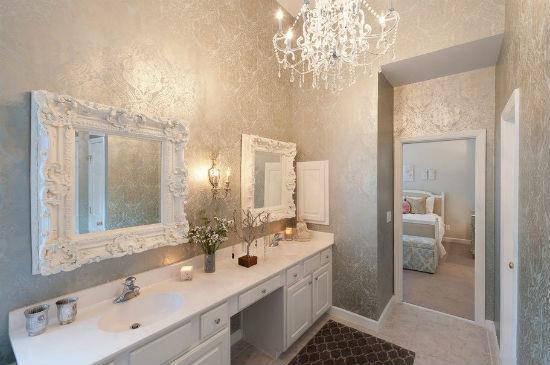Красивый интерьер ванны с серебристо-серыми обоями