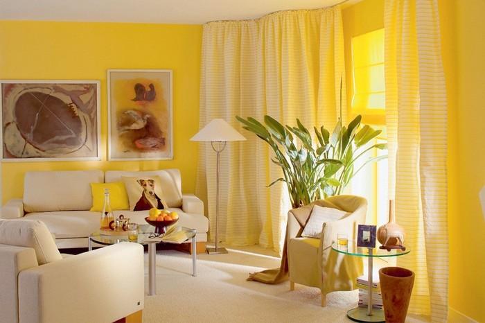 Яркие желтые обои в комнате с белой мебелью