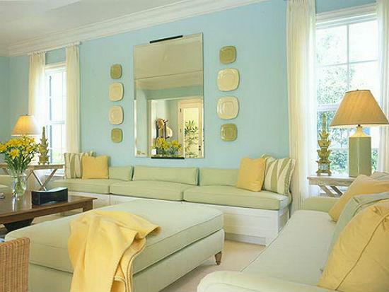 Голубые обои в зале с желто-зеленой гаммой оформления