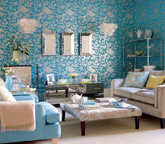 Голубо-серые текстурные обои в маленькой гостиной