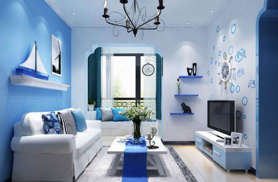 Голубые обои в гостиной с морской стилистикой