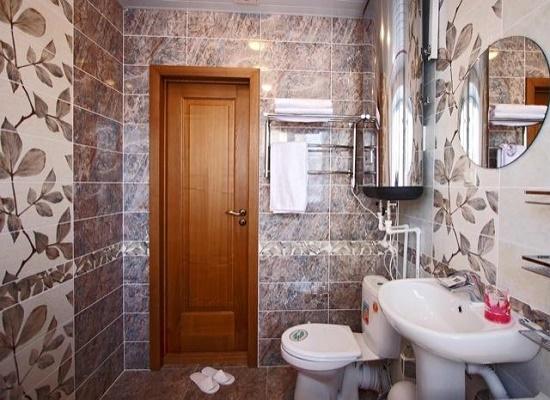 Распашная деревянная дверь в санузле