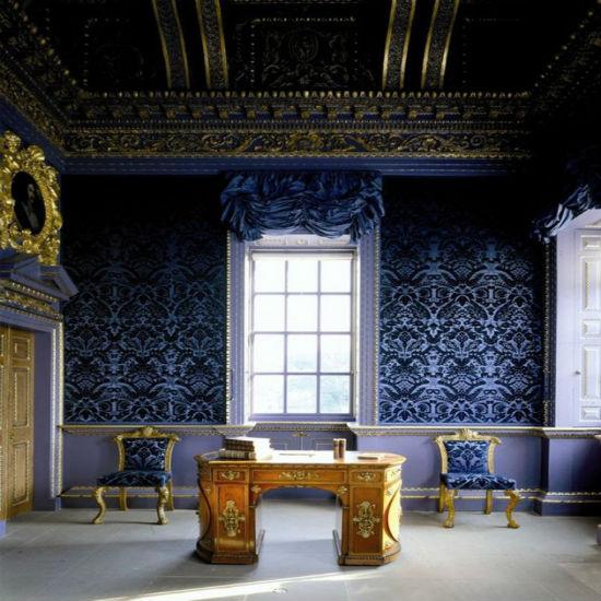 Синие с вензелями обои в высоком просторном зале