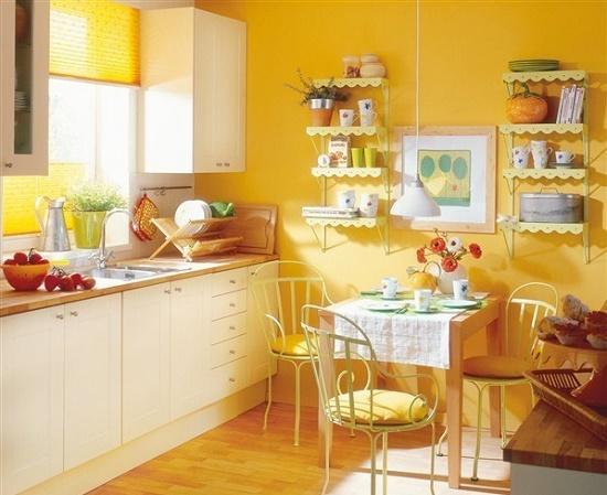 Желтые виниловые обои в маленькой кухне