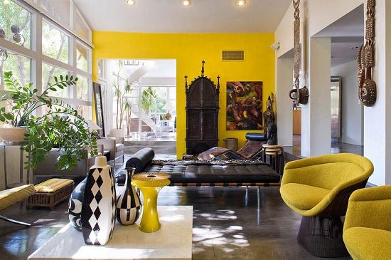 Комбинирование желтых и белых обоев в отделке комнаты