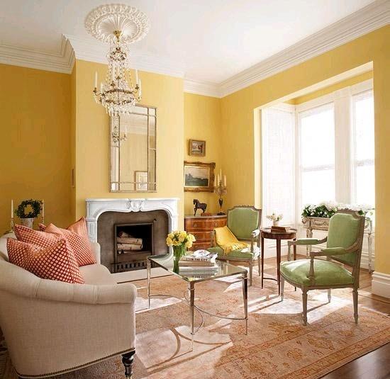 Желтые обои в классическом интерьере гостиной