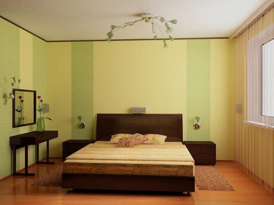 Спокойный интрьер спальни с желто-зелеными обоями