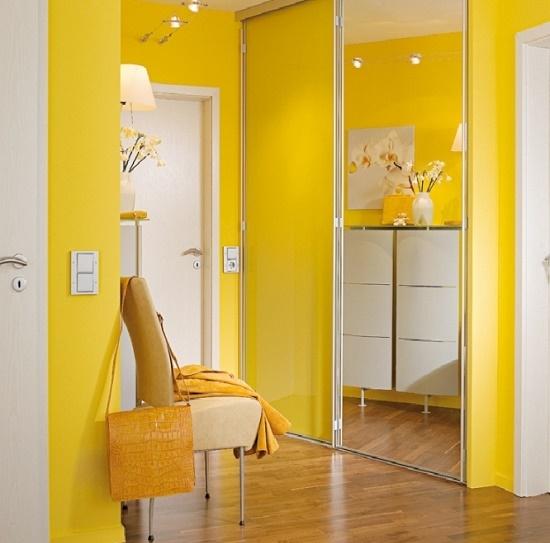 Желтые обои для увеличения пространства коридора