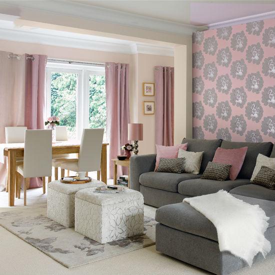 Комната в пастельных тонах с серо-розовыми обоями
