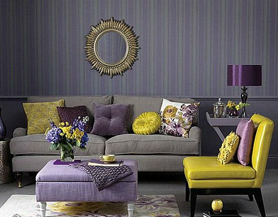 Голубо-фиолетовые обои в полоску в гостиной