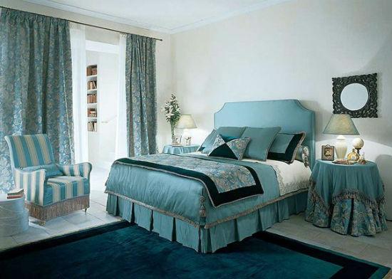 Светло-серые обои в интерьере бирюзовой спальни